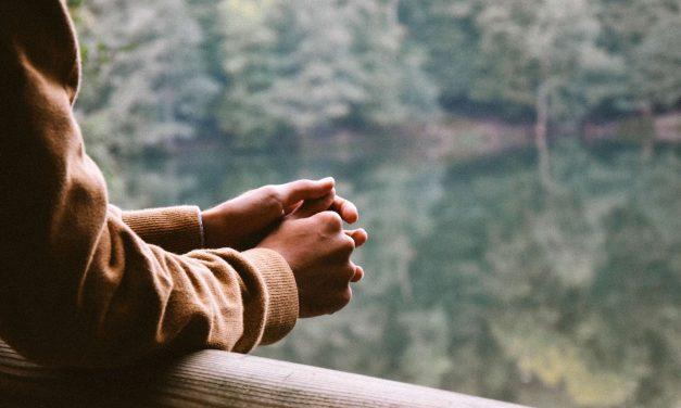 Introverti by sa mali prestať trápiť nad tým, čo si myslia ostatní